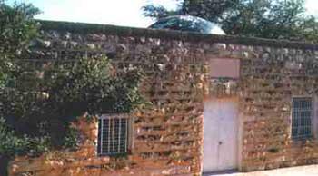 Yukarıda Zeyd'in* mezarı görülmektedir aynı zamanda Muta savaşında öldüğü bildirilen peygamberin sahabelerinin mezarları.