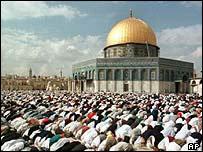 İbadet edenler İbrahim peygamber tarafında ilk defa inşa edilen Tapınağ'a/Mabed'e sırtlarını dönüyorlar